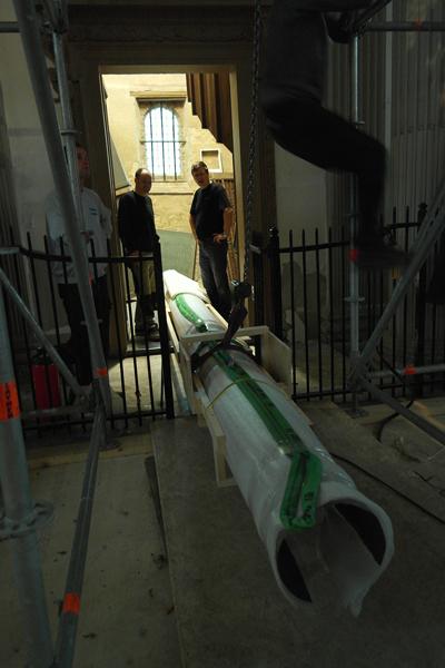 De pijp wordt helemaal tot achterin de balgenkamer gelegd. In de deuropening Marcel Oranje en Jeroen Rijpkema.