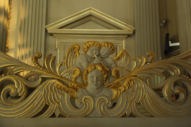 Ajourwerk op de galerij, dat vanwege de rugwerkluiken vanuit de kerk slechts gedeeltelijk is te zien