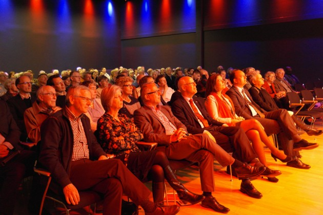 Genodigden in de Pleinzaal Taqa Theater De Vest
