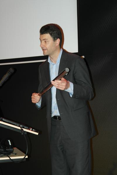 Erik Winkel met de orgelpijp