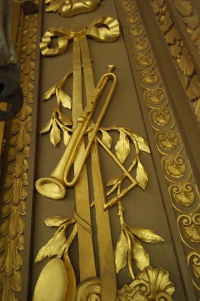 Muziekinstrumenten flankeren het Rugpositief