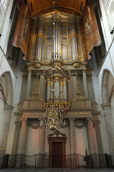 Het orgel staat er weer in volle glorie bij! De engelen en zuilen onder het orgel blozen al van opwinding. . .
