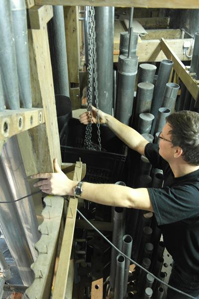 Jeroen Rijpkema beschermt de pijpen van het Bovenwerk tegen de ketting.