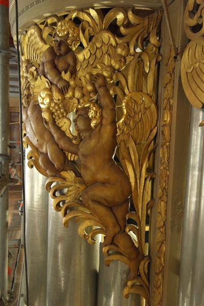 Paradijselijk plezier hoog in het orgel