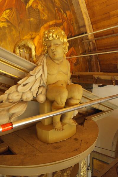 De putti met wapen van Alkmaar bovenop het timpaan