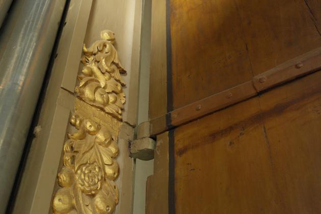 In het snijwerk zijn inkepingen aangebracht om de orgelluiken zonder problemen te kunnen sluiten