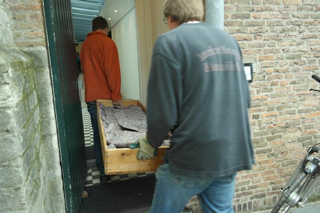 Nico Ouwehand en Jeroen Rijpkema dragen de orgelpijpen de kerk in