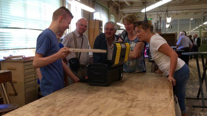 Een jonge medewerker van Flentrop geeft belangstellenden een toelichting bij zijn vak.