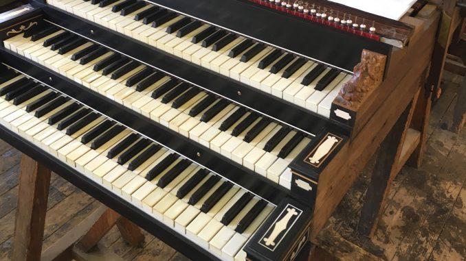 De klavieren van het Hinsz-orgel in restauratie.