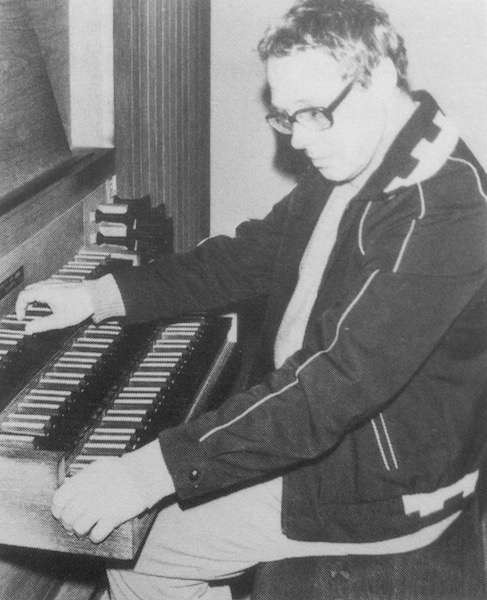 Nico van den Hooven omstreeks 1980 achter het Van Vulpen-orgel van de kapel van het Utrechts Conservatorium