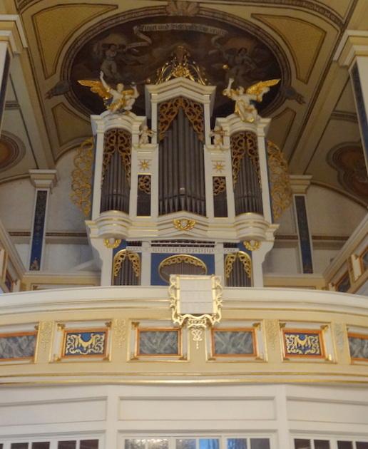 Kerkinterieur en het orgel van de kleine dorpskerk van Gräfenhain zijn als eenheid ontstaan