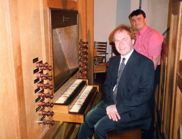 John Scott achter de klavieren van het orgel in de Oude Kerk (Veenendaal) met Wim Leeuwenkamp (organist Julianakerk)