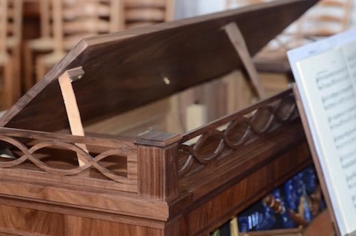 Klep in het meubel om de geluidssterkte te kunnen regelen
