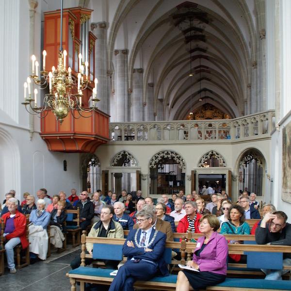 publiek in het koor van de Joriskerk te Amersfoort tijdens de opening van Nationale Orgeldag 2015
