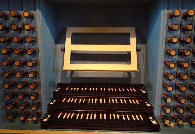 De klaviatuur van het door de firma Eule gereconstrueerde orgel