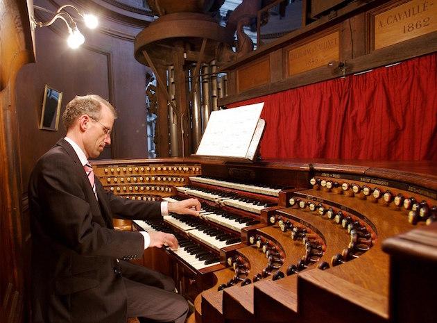 peter eilander aan de speeltafel van het Cavaillé-Coll-orgel in de St. Sulpice te Parijs