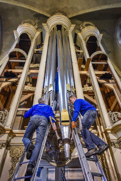 Plaatsen grootste orgelpijp in het gerestaureerde orgel van de kathedraal in Roermond De orgelpijp werd op zijn plaats getakeld nadat Bischop Wiertz de orgelpijp had ingezegend