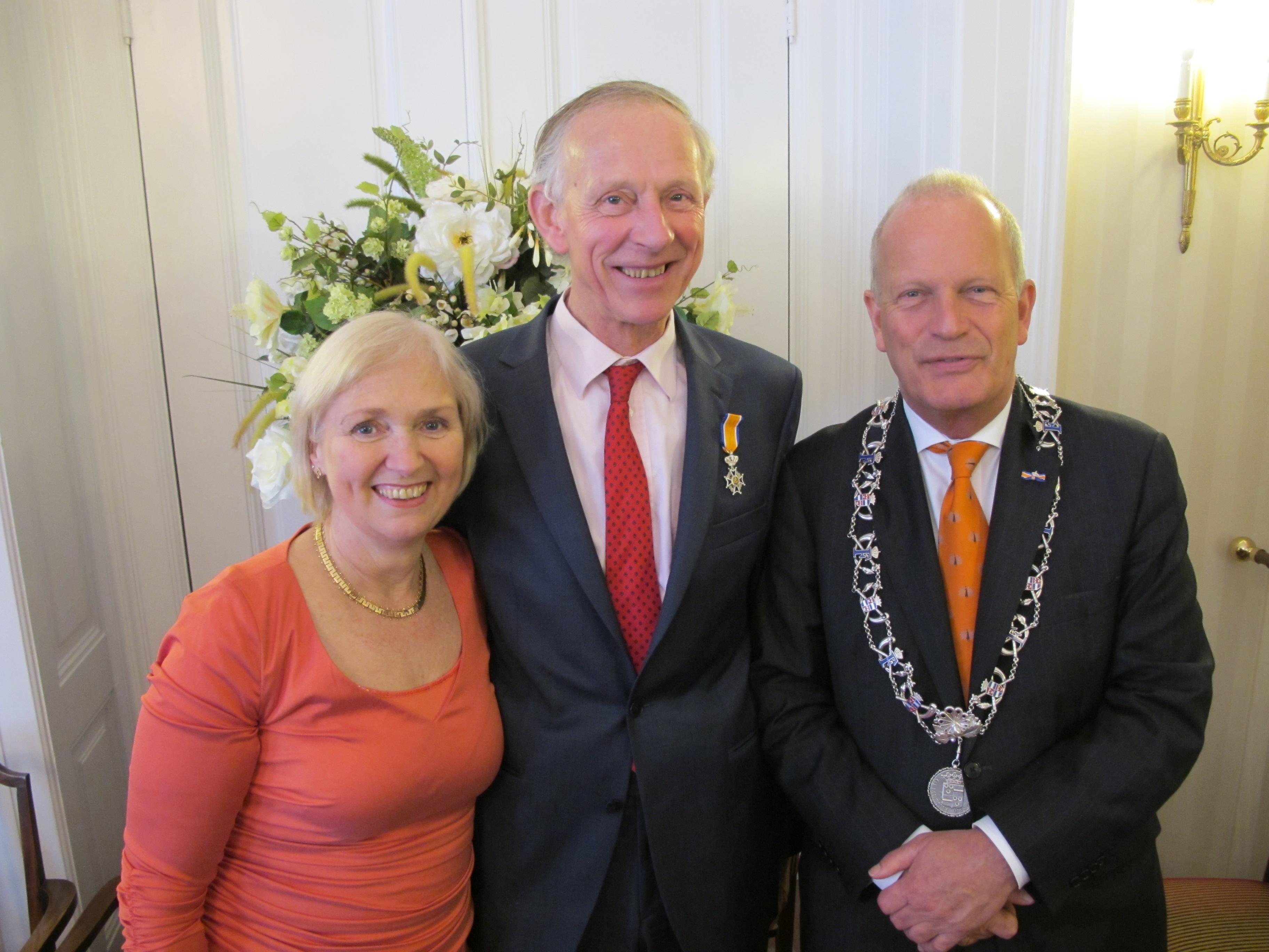 Hero de Boer ontving de versierselen op het gemeentehuis van Wassenaar uit handen van burgemeester Jan Hoekstra.