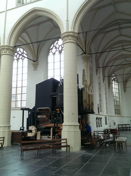 De achterwand van het orgel wordt straks gevormd door de houten pijpen van de 32'. Aan de kant van de speeltafel wordt nog een nieuw front  geplaatst voor de oude frontpijpen, met daarin pijpwerk van de nieuwe Open Diapason 16 van het Great. Aan de zijkant komt een front met de oude pijpen van de Violone 16 van het pedaal